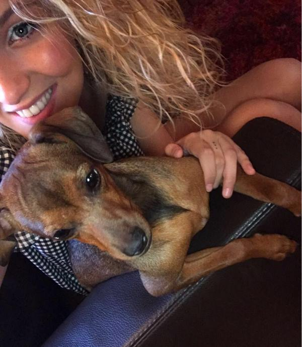 ragazza bionda con cucciolo